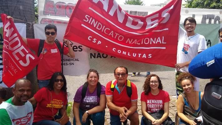 Representantes da Adufes, seção sindical do ANDES-SN, estiveram presentes na manifestação.